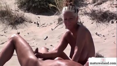 Тётка Встала Раком Перед Двумя Молодыми Трахарями Порно Фото Бесплатно